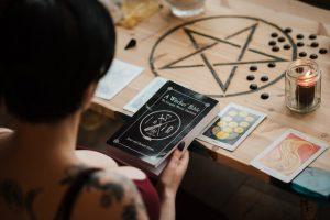 ¿Qué tipo de magia usa un brujo?