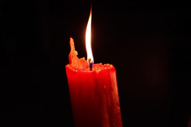 Rituales para celebrar la llegada del verano velas rojas